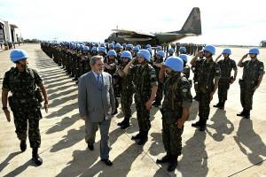 Troupe brésilienne de la MINUSTAH pour Haïti. Le 1er juin 2004, une mission internationale de paix fut adoptée ainsi que le principe de l'envoi d'une force de paix, la MINUSTAH comprenant un déploiement de 7000 soldats.