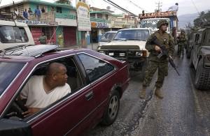 Patrouille des U.S. Marines dans les rues de Port-au-Prince, 9 Mars 2004. (Photo domaine public)