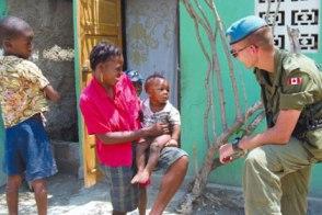 Un casque bleu canadien au travail en Haïti. (photo: domaine public)