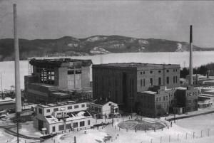 Laboratoires de Chalk River, février 1954. Situés à environ 200 km au nord d'Ottawa (Ontario), les édifices des Laboratoires de Chalk River abritaient les réacteurs ZEEP, NRX et NRU. Faisant partie à l'origine d'une activité de production de plutonium pour les armes nucléaires, le réacteur ZEEP a été conçu par une équipe de scientifiques canadiens, anglais et français durant la Seconde Guerre mondiale. (Photo: domaine public)