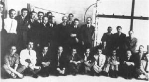 Quelques-uns des premiers chercheurs du Laboratoire de Montréal en 1943. Le  nom de chaque Canadien est suivi d'un (C), debout: A.M. Munn (C), B.L. Goldschmidt, J.W. Ozeroff (C), B.W. Sargent (C), G.A. Graham (C), J. Guéron, H.F. Freundlich, H.H. Halban, R.E. Newell, F.R. Jackson, J.D. Cockroft (en visile au Laboratoire), P. Auger, S.G. Bauer, N.Q. Laurence, A. Nunn May. Assis: W.J. Knowles (C), P. Demers (C), J.R. Leicester, H. Seligman, E.D. Courant, E.P. Hincks (C), F.W. Fenning, G.C. Laurence (C), B. Pontecorvo, G.M. Volkoff (C), A. Weinberg (Agent de Liaison des USA), G. Placzek. (Photo: domaine public)