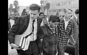 26 février 1968: Affaibli par 12 jours de grève de la faim, Cesar Chavez est soutenu pour se rendre à une audience. (Photo: LA Times)
