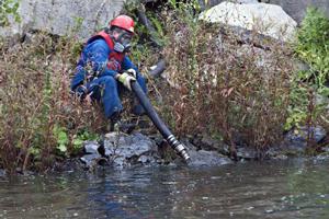 5500 litres de diesel à forte teneur en soufre se sont écoulés dans le fleuve Saint-Laurent le 28 septembre 2010 par le Réservoir Suncor Canada. (Photo: inconnu)