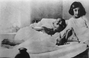 Gandhi durant une grève de la faim en 1924 et la jeune Indira, qui deviendra première ministre de l'Inde. (Photo: domaine public)