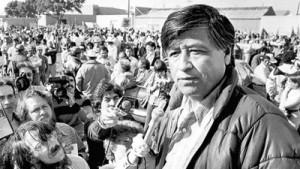 Cesar Chavez parlant à des grévistes de Salinas Valley durant une manifestation en 1979. (Photo: Paul Sakuma)
