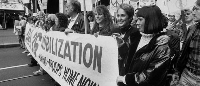 Joan Baez et sa soeur Mimi Farina durant une marche de la paix contre la guerre du Golf, en 1991. (Photo:  John Storey)