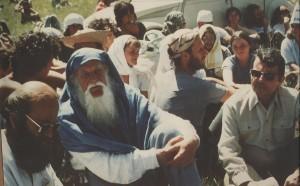 Jacques de Bollardière (à droite) sur le plateau du Larzac, protestant contre l'extension du camp militaire, dans les années 1970. À sa gauche, les philosophes non-violents Jean-Marie Muller et Lanza del Vasto. (Photo: CC)