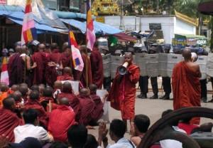 Un moine s'adressant à une foule devant les policiers anti-émeute à Yangon, le 26 septembre 2007. Des moines bouddhistes ont été tués à Myanmar lors de la dispersion de la manifestation anti-junte par les forces de sécurité. (auteur: inconnu)