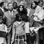 Baez et Martin Luther King Jr avec un groupe d'enfants se dirigeant vers leur nouvelle école intégrée à Grenada, Mississippi, en Septembre 1966. (Photo: domaine public)