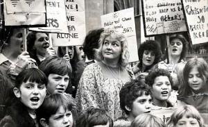 Erin Pizzey en 1976 lors d'une campagne devant la Cour pour que les refuges pour femmes demeurent ouverts. (Photo: inconnu)