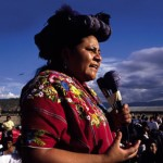 Rigoberta Menchú, ralliant des habitants de bidonvilles au Guatemala. (auteur: Steve Lewis)