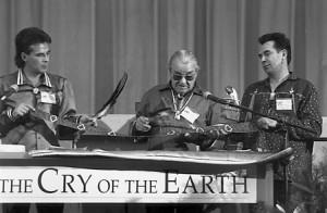 Au quartier chef des Nations Unies à Manhattan. William Commanda présente la Seven Fires Wampum Belt. Frank Decontie (gauche) et Eddie Decontie (droite) aide à tenir la ceinture. (Photo: domaine public)