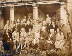 10 : Emily Greene Balch. Comité exécutif WILPF, 1928, devant la Maison Internationale, Genève, Mars 1928. Photo #B7 de l'exposition WILPF.