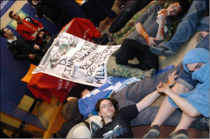 Manifestation Die-in au cégep de Ste-Foy. (Photo: antirecrutement.info)