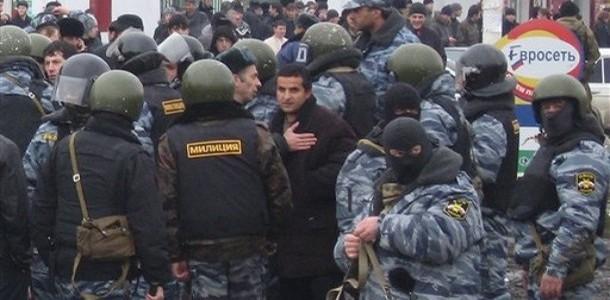 Des policiers dispersent une manifestation de l'opposition politique, à Nazran, le 24 novembre 2007. (auteur: Musa Sadulayev)