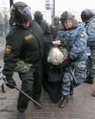Des policiers arrêtent un manifestant, à Saint-Petersbourg, le 25 novembre 2007. (auteur: inconnu)