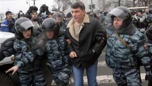 Saint-Pétersbourg, le 25 novembre 2007. L'opposant Boris Nemtsov est interpellé par la police russe. (auteur: inconnu)