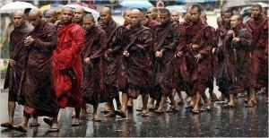 Une manifestation de 10 000 moines qui ont marché sous la pluie dans les rues de la ville de Yangon en protestation contre la junte en septembre 2007. (Photo: inconnu)