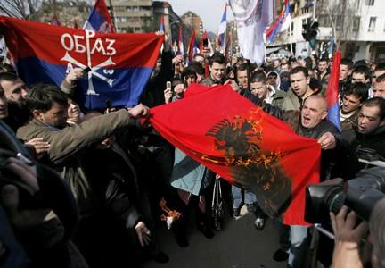 Manifestation de Serbes à Mitrovica, Lundi 18 février 2008. (Photo: Reuters)