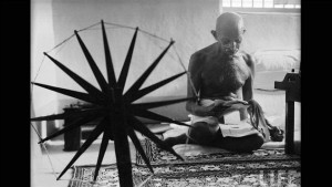 Gandhi and his spinning wheel (Gandhi et son rouet), photo prise en 1946 par la photographe américaine Margaret Bourke-White.