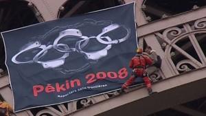 La banderole déployée par des militants de Reporters sans frontières sur la tour Eiffel, le 7 avril 2008. (Photo: TF1/LCI)