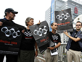 Sur les affiches de RSF, les anneaux olympiques se transforment en menottes. (Photo: Keystone)