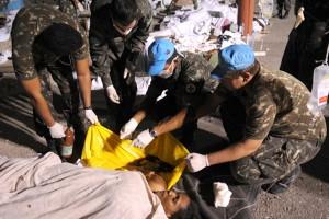 Des civils haitiens reçoivent des soins au camps de l'armée brésilienne à Port-au-Prince, 2010. (Photo: CC)