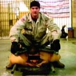 Abu Ghraib: 9:19 p.m., 28 novembre 2003. Le sergent de l'armée américaine, Ivan Frederick, assis sur un prisonnier irakien. Cette photo a été utilisée comme preuve des mauvais traitements envers les détenus. (Photo: domaine public)