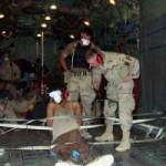 Transport d'un prisonnier à Guantanamo Bay. Photo ayant fuit dans les médias en 2002 par une source anonyme.