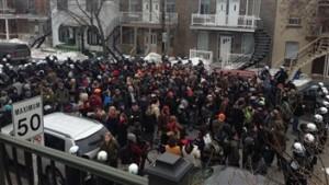 Près de 150 personnes prises en souricière par les policiers. (Photo: Alexandre Touchette)