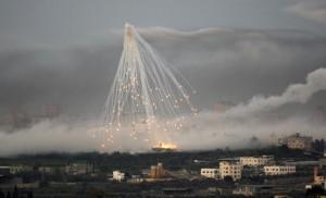 Une bombe tirée par l'armée israëlienne explose au Nord de Gaza, le 4 janvier 2009. (Photo: Baz Ratner)