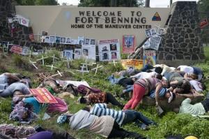 Manifestation contre l'École des Amériques. (Photo du documentaire dirigé par John H. Smihula)
