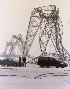 Pylones d'acier pliés jusqu'au sol durant la crise du verglas, janvier 1998. (Photo: Jacques Boissinot)