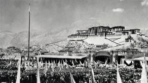 Des milliers de Tibétains sont rassemblés devant le palais de Potala, la résidence du Dalaï-lama, durant la révolte du 10 mars 1959. L'échec de ce soulèvement mènera à l'exil de leur chef spirituel. (Photo: domaine public)