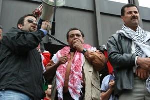 Plus de cent personnes se sont rassemblées le lundi 22 juin 2009 à midi, devant le Palais de justice de Montréal, afin de soutenir le village palestinien de Bil'in qui poursuit deux entreprises canadiennes complices de l'apartheid israélien. (Photo: inconnu)