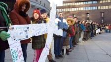 Des participants forment une chaine lors de la journée de commémoration des victimes de la tuerie de la polytechnique, 2009. (Photo: Ryan Remiorz)