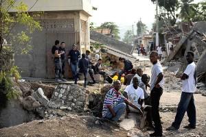 Résidents de Jacmel après les dommages du tremblement de terre, 17 janvier 2010. (Photo: domaine public)