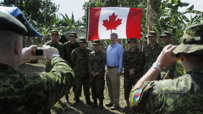 Des soldats canadiens iimmortalisent la visite de Stephen Harper à Jacmel, en Haïti, le 16 février 2010, quelques jours après le tremblement de terre. (Photo: archives La Presse)