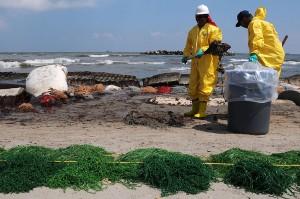 Travailleurs engagés par BP pour nettoyer le pétrole déversé par l'explosion de Deepwater Horizon sur les plages de Port Fourchon, LA., 23 mai 2010. (Photo: domaine public)