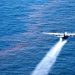 Un Lockheed C-130 Hercules diffuse des dispersants chimiques dans le golfe du Mexique. (Photo: domaine public)