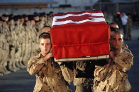 Soldat mort en Afghanistan. (Photo: Le Devoir)