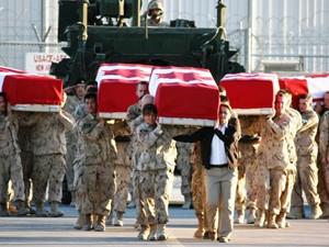 Les corps des 5 canadiens tués en Afghanistan en décembre 2009. (Photo: TVA nouvelles)