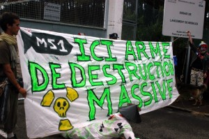 "Action du collectif ""Non au missile m51"" en septembre 2007. (Photo: Guillaume de Crop)"