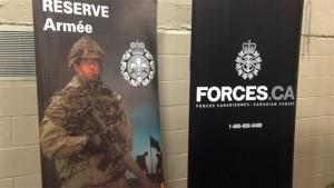 Affiche de l'armée canadienne lors de la tournée d'information sur les carrières organisée par les commissions scolaires de l'Abitibi-Témiscamingue dans les écoles secondaires. (Photo: radio-canada)