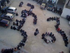 """Des étudiants écrivent """"Tunisie Libre"""", mars 2011. (Photo: inconnu)"""