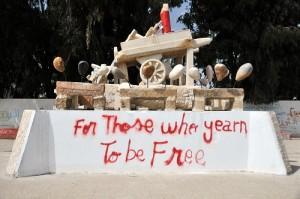 Statue du chariot de Bouazizi érigée près de l'hôtel de ville, à deux blocs d'où il s'est immolé. (Photo: inconnu)
