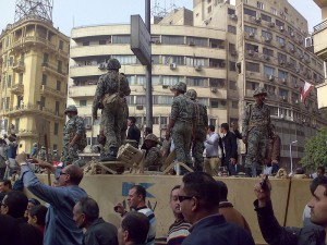 Militaires et manifestants, place Tahrir, 29 janvier 2011. (Photo: CC)
