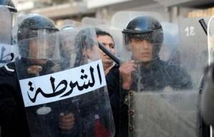 Les forces de l'ordre face aux manifestants à Sidi Bouzid, 27 décembre 2010. (Photo: inconnu)