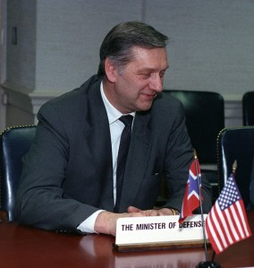 Johan Jorgen Holst, au Pentagon, 1993-03-16. (Photo: domaine public)
