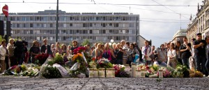 Recueillement devant la cathédrale d'Oslo le lendemain des attentats. (Photo: CC)